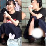 【Pcolle】オニギリ食べながらパンツ丸見えのJKちゃん!www